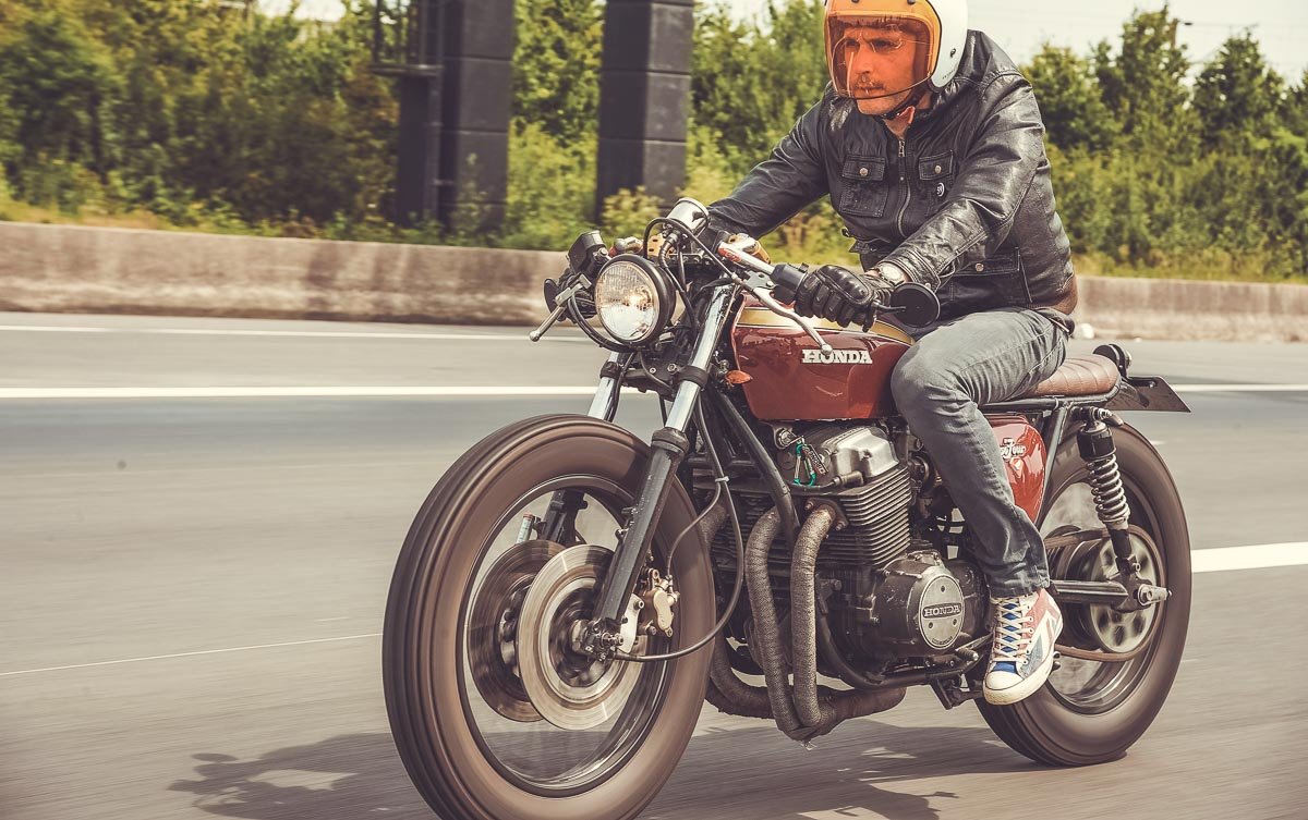 Moto vintage, vêtement cafe racer, image custom culture, vêtements cool pour rouler en moto, vêtements et accessoires pour biker, casque moto vintage, ride free, born to ride, Gentlemen's factory, photo Laurent Scavone