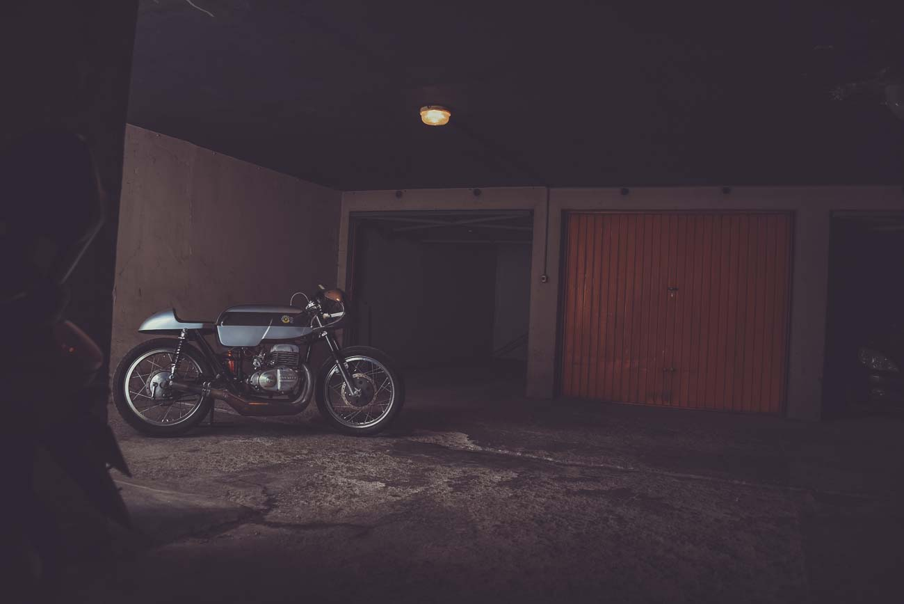 Moto vintage, moto cafe racer, image lifestyle, vêtements cool pour rouler en moto, vêtements et accessoires pour biker, casque moto vintage, ride free, born to ride, Gentlemen's factory, photo Laurent Scavone