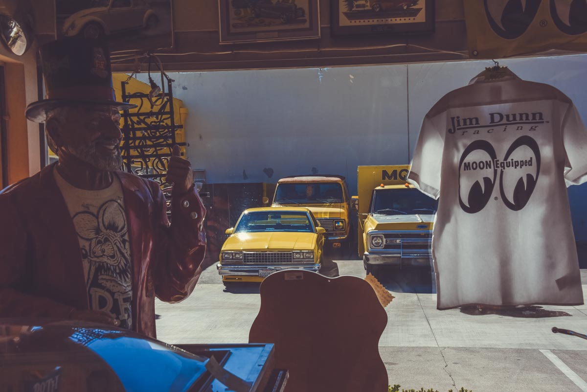 Magnifique Hot Rod Jaune devant sur le parking de chez Mooneyes. Harley Davidson et Atelier de préparation voitures Mooneyes hot rod & Kustom Kulture, visite des ateliers photographié par laurent scavone