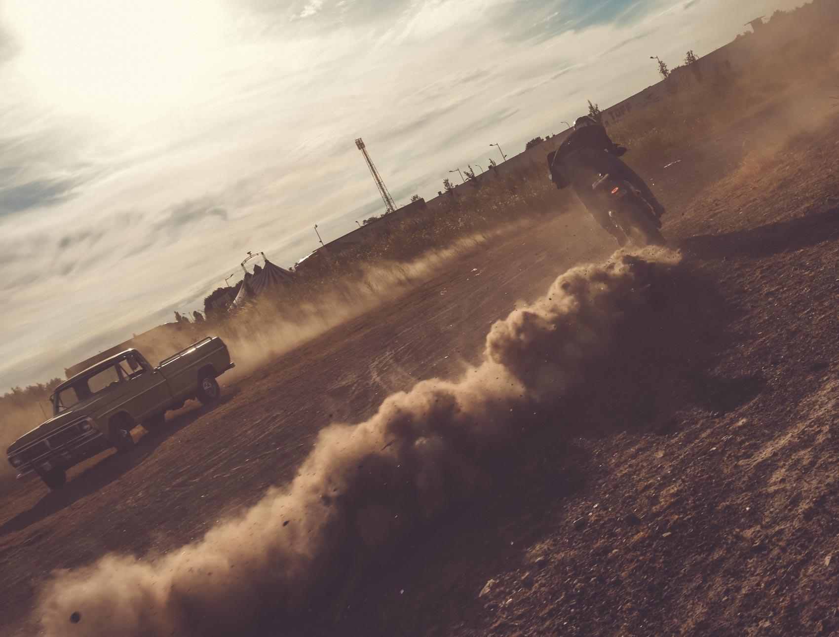 Glisse autour d'un pickup Ford F100 by Adrien Van Beveren. Yamaha XSR700, poussière et dérapages en moto. Photo Laurent Scavone