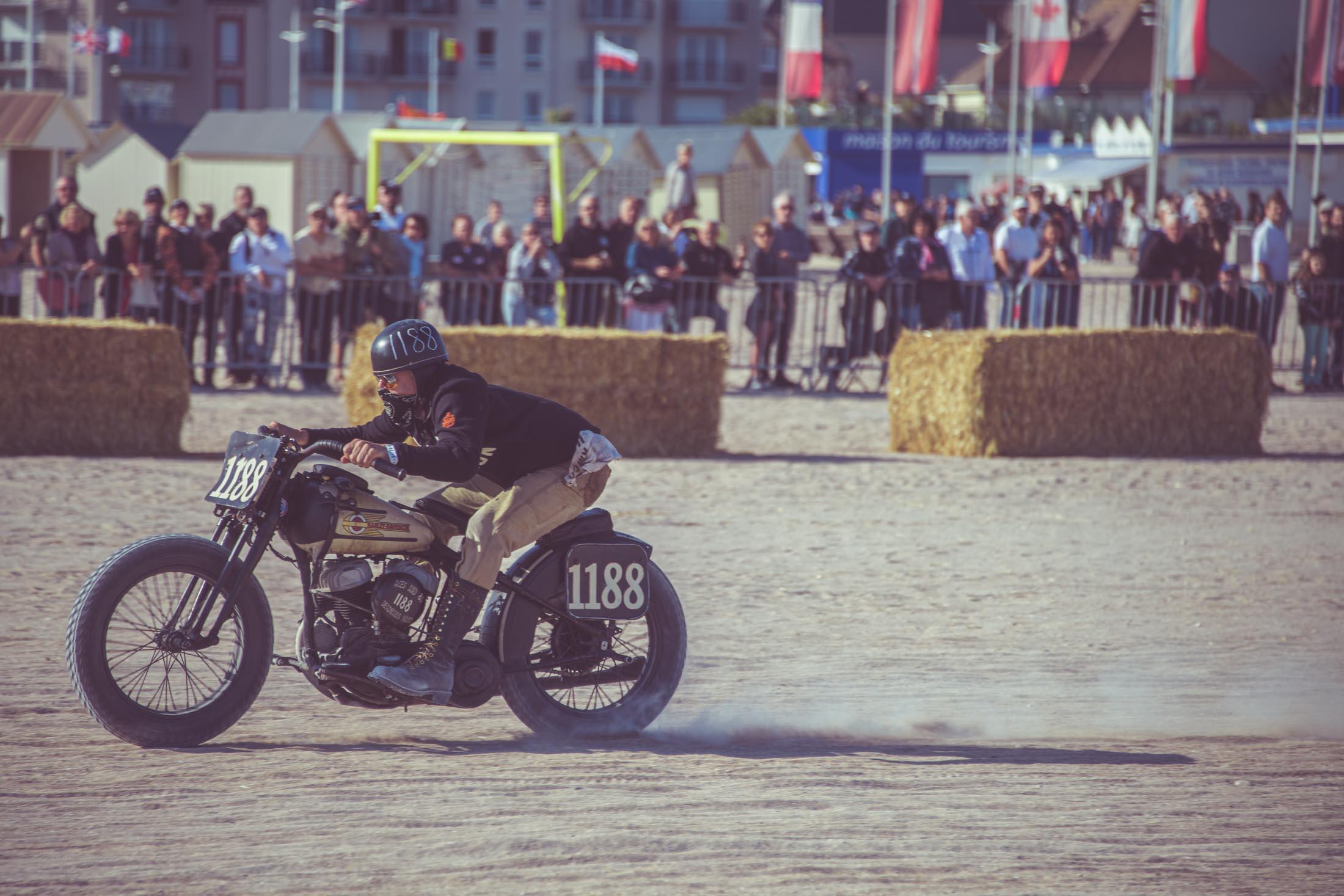 Course de voiture moto Rod et de motos Harley Davidson avant 1947. Course sur sable sur la plage de Ouistreham (Normandy Beach Race), photographe Laurent Scavone